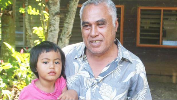 HELD BY POLICE: Eti Sapolu with his 3 year old daughter Malu Sapolu. (Photo: Lanuola Tupufia – Ah Tong)