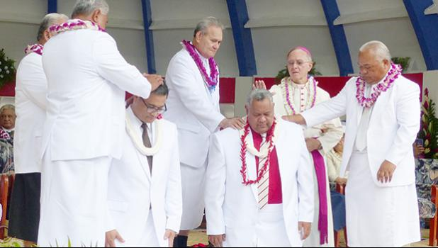 new leaders (kneeling) Lt. Gov. Talauega Eleasalo Va'alele Ale (left) and Gov. Lemanu Peleti Palepoi Sialega Mauga (right)