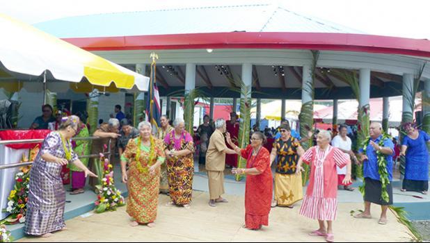 "Manu'a island group perform their ""taualuega"""