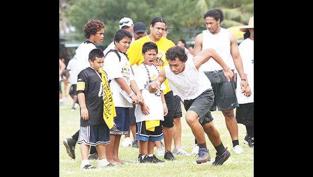 Polamalu with young American Samoa athletes