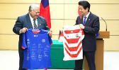 Samoa Prime Minister Tuilaepa Sailele MalielegaoiJapanese and Japan counterpart Shinzo Abe exchange jerseys